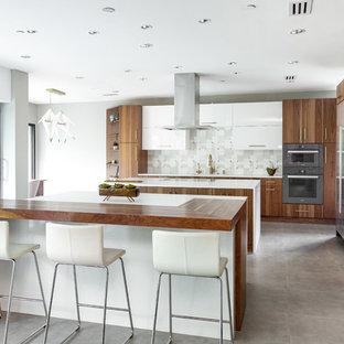 Geräumige Moderne Wohnküche in L-Form mit flächenbündigen Schrankfronten, hellbraunen Holzschränken, Quarzwerkstein-Arbeitsplatte, Küchenrückwand in Grau, Rückwand aus Marmor, Küchengeräten aus Edelstahl, Porzellan-Bodenfliesen, zwei Kücheninseln, grauem Boden und weißer Arbeitsplatte in Dallas