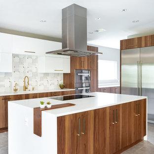 Exempel på ett mycket stort modernt vit vitt kök, med en enkel diskho, släta luckor, skåp i mellenmörkt trä, bänkskiva i kvarts, grått stänkskydd, stänkskydd i marmor, rostfria vitvaror, klinkergolv i porslin, grått golv och en köksö
