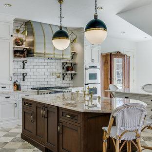 Immagine di una grande cucina ad ambiente unico chic con ante a filo, ante bianche, top in quarzite, paraspruzzi bianco, paraspruzzi con piastrelle in ceramica, elettrodomestici in acciaio inossidabile, pavimento in marmo e 2 o più isole