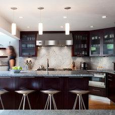 Contemporary Kitchen by STUDIO ENÉE architects