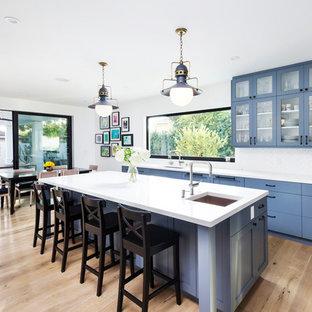Idéer för vintage kök och matrum, med en undermonterad diskho, luckor med glaspanel, blå skåp och vitt stänkskydd