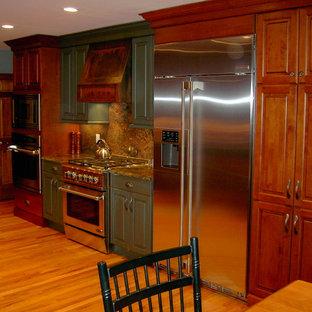 ニューヨークの中サイズのおしゃれなキッチン (レイズドパネル扉のキャビネット、緑のキャビネット、御影石カウンター、マルチカラーのキッチンパネル、石スラブのキッチンパネル、シルバーの調理設備の、淡色無垢フローリング、茶色い床、マルチカラーのキッチンカウンター) の写真