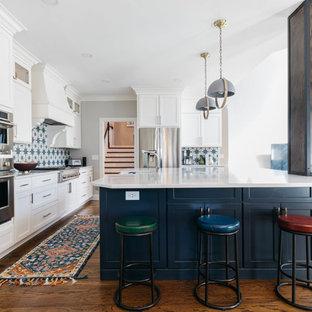 ナッシュビルのトランジショナルスタイルのおしゃれなキッチン (シェーカースタイル扉のキャビネット、白いキャビネット、マルチカラーのキッチンパネル、シルバーの調理設備の、濃色無垢フローリング、茶色い床、白いキッチンカウンター) の写真