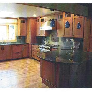 Idee per una cucina abitabile american style con lavello sottopiano, ante in stile shaker, ante in legno scuro, top in granito, paraspruzzi verde, paraspruzzi con piastrelle di metallo, elettrodomestici in acciaio inossidabile e parquet chiaro