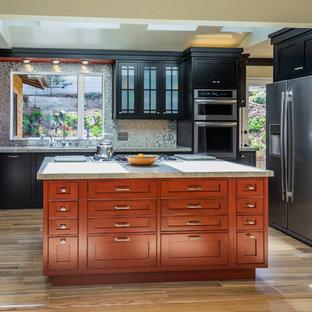 サンフランシスコの中サイズのエクレクティックスタイルのおしゃれなキッチン (アンダーカウンターシンク、インセット扉のキャビネット、黒いキャビネット、御影石カウンター、メタリックのキッチンパネル、メタルタイルのキッチンパネル、シルバーの調理設備、磁器タイルの床) の写真