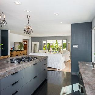 Idee per una cucina moderna di medie dimensioni con lavello sottopiano, ante lisce, ante nere, top in quarzo composito, paraspruzzi nero, paraspruzzi con piastrelle di metallo, elettrodomestici neri e pavimento nero