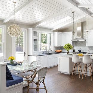 サンフランシスコの中サイズのトランジショナルスタイルのおしゃれなキッチン (シェーカースタイル扉のキャビネット、白いキャビネット、パネルと同色の調理設備、濃色無垢フローリング、茶色い床、クオーツストーンカウンター、アンダーカウンターシンク、グレーのキッチンパネル、大理石の床、グレーのキッチンカウンター) の写真