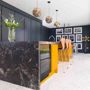 Mittelgroße Moderne Küche mit flächenbündigen Schrankfronten, schwarzen Schränken, Marmor-Arbeitsplatte, Terrazzo-Boden, Kücheninsel und weißem Boden in Essex