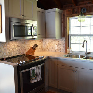 Shabby-chic style kitchen designs - Inspiration for a shabby-chic style kitchen remodel in Toronto