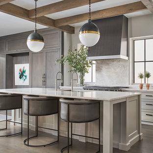 Idee per una grande cucina design con isola, lavello a doppia vasca, ante in stile shaker, parquet scuro, pavimento marrone, ante bianche, top in marmo, paraspruzzi bianco, paraspruzzi in lastra di pietra e top bianco
