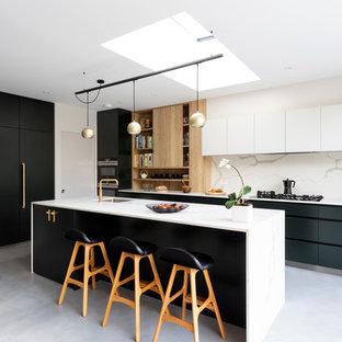 ロンドンの中くらいのコンテンポラリースタイルのおしゃれなキッチン (一体型シンク、フラットパネル扉のキャビネット、緑のキャビネット、人工大理石カウンター、白いキッチンパネル、大理石のキッチンパネル、シルバーの調理設備、磁器タイルの床、グレーの床、白いキッチンカウンター) の写真