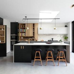 Offene, Mittelgroße Moderne Küche in L-Form mit integriertem Waschbecken, flächenbündigen Schrankfronten, grünen Schränken, Mineralwerkstoff-Arbeitsplatte, Küchenrückwand in Weiß, Rückwand aus Marmor, Küchengeräten aus Edelstahl, Porzellan-Bodenfliesen, Kücheninsel, grauem Boden und weißer Arbeitsplatte in London