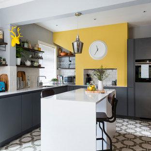 他の地域の中くらいのエクレクティックスタイルのおしゃれなキッチン (アンダーカウンターシンク、フラットパネル扉のキャビネット、グレーのキャビネット、珪岩カウンター、白いキッチンパネル、セラミックタイルのキッチンパネル、クッションフロア、白い床、白いキッチンカウンター、シルバーの調理設備、格子天井) の写真