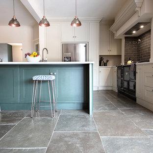 他の地域の中サイズのカントリー風おしゃれなキッチン (ライムストーンの床、緑の床) の写真