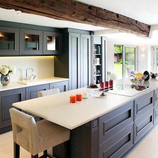 Große, Offene Klassische Küche mit Granit-Arbeitsplatte, Kücheninsel, Einbauwaschbecken, Schrankfronten mit vertiefter Füllung, braunen Schränken, Küchenrückwand in Weiß und weißem Boden in West Midlands