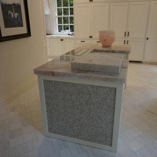 Modelo de cocina mediterránea con armarios estilo shaker, puertas de armario blancas, encimera de mármol, electrodomésticos blancos, suelo de baldosas de porcelana, una isla, suelo multicolor y encimeras rosas