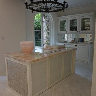 Foto de cocina mediterránea con armarios estilo shaker, puertas de armario blancas, encimera de mármol, electrodomésticos blancos, suelo de baldosas de porcelana, una isla, suelo multicolor y encimeras rosas