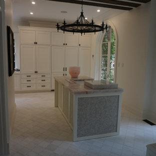 Стильный дизайн: кухня в средиземноморском стиле с фасадами в стиле шейкер, белыми фасадами, мраморной столешницей, белой техникой, полом из керамогранита, островом, разноцветным полом и розовой столешницей - последний тренд