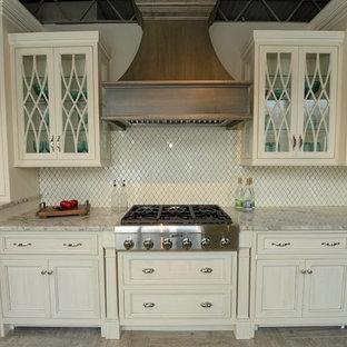 Inredning av ett shabby chic-inspirerat kök, med luckor med infälld panel, vita skåp, marmorbänkskiva, beige stänkskydd och rostfria vitvaror