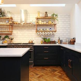 ロンドンのインダストリアルスタイルのおしゃれなキッチン (シェーカースタイル扉のキャビネット、黒いキャビネット) の写真