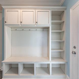 ニューオリンズの中サイズのカントリー風おしゃれなキッチン (ダブルシンク、フラットパネル扉のキャビネット、白いキャビネット、御影石カウンター、白いキッチンパネル、サブウェイタイルのキッチンパネル、シルバーの調理設備の、コンクリートの床、茶色い床、ベージュのキッチンカウンター) の写真