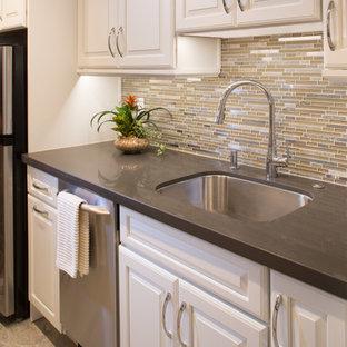マイアミの小さいトラディショナルスタイルのおしゃれなキッチン (シングルシンク、レイズドパネル扉のキャビネット、白いキャビネット、クオーツストーンカウンター、ベージュキッチンパネル、モザイクタイルのキッチンパネル、シルバーの調理設備の、磁器タイルの床、アイランドなし) の写真