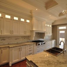Traditional Kitchen by WELLMADE KITCHENS