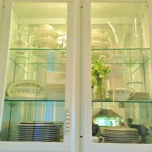 他の地域の中サイズのトランジショナルスタイルのおしゃれなキッチン (一体型シンク、ガラス扉のキャビネット、青いキャビネット、珪岩カウンター、白いキッチンパネル、ミラータイルのキッチンパネル、シルバーの調理設備の、塗装フローリング、白い床) の写真