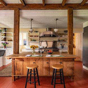 Неиссякаемый источник вдохновения для домашнего уюта: большая кухня в стиле кантри с раковиной в стиле кантри, открытыми фасадами, белыми фасадами, деревянной столешницей, фартуком цвета металлик, техникой из нержавеющей стали, деревянным полом, островом и красным полом