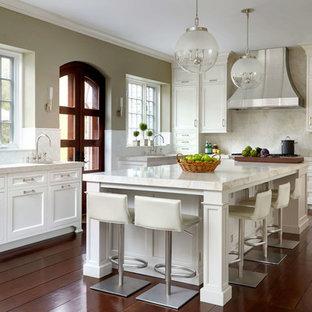 Неиссякаемый источник вдохновения для домашнего уюта: угловая кухня в классическом стиле с врезной раковиной, фасадами в стиле шейкер, белыми фасадами, бежевым фартуком, паркетным полом среднего тона, островом и оранжевым полом