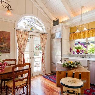 シアトルのカントリー風おしゃれなキッチン (エプロンフロントシンク、大理石カウンター、レイズドパネル扉のキャビネット、白いキャビネット、白いキッチンパネル、石スラブのキッチンパネル、シルバーの調理設備) の写真