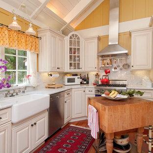 Esempio di una cucina a L classica con lavello stile country, ante bianche, paraspruzzi bianco, paraspruzzi in lastra di pietra e elettrodomestici colorati