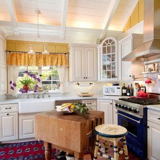 Klassische Küche in L-Form mit Landhausspüle, Marmor-Arbeitsplatte, weißen Schränken, Küchenrückwand in Weiß, bunten Elektrogeräten und Rückwand aus Marmor in Seattle