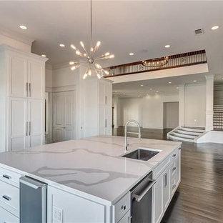ダラスの巨大なエクレクティックスタイルのおしゃれなキッチン (オープンシェルフ、白いキャビネット、珪岩カウンター、白いキッチンパネル、大理石の床、シルバーの調理設備の、濃色無垢フローリング、黒い床) の写真