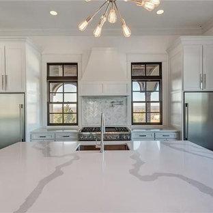 ダラスの巨大なエクレクティックスタイルのおしゃれなキッチン (インセット扉のキャビネット、白いキャビネット、珪岩カウンター、白いキッチンパネル、大理石のキッチンパネル、シルバーの調理設備、濃色無垢フローリング、黒い床) の写真