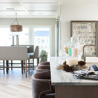 他の地域の大きいビーチスタイルのおしゃれなキッチン (ドロップインシンク、淡色無垢フローリング) の写真