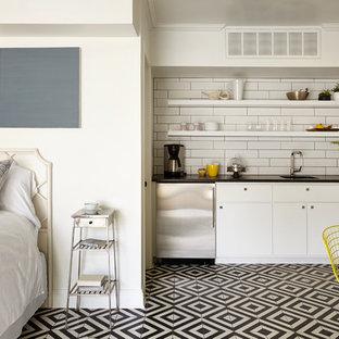 ナッシュビルの小さいトランジショナルスタイルのおしゃれなI型キッチン (シングルシンク、オープンシェルフ、白いキャビネット、白いキッチンパネル、サブウェイタイルのキッチンパネル、シルバーの調理設備の、マルチカラーの床) の写真