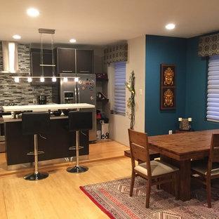 小さいエクレクティックスタイルのおしゃれなキッチン (フラットパネル扉のキャビネット、黒いキャビネット、クオーツストーンカウンター、マルチカラーのキッチンパネル、ボーダータイルのキッチンパネル、シルバーの調理設備の、淡色無垢フローリング、ベージュの床) の写真