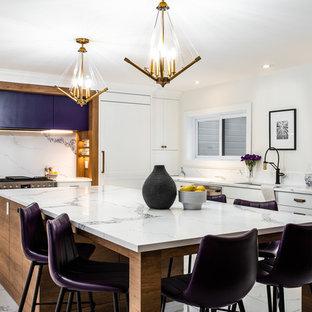 Exempel på ett mycket stort modernt vit vitt kök, med bänkskiva i kvarts, vitt stänkskydd, stänkskydd i sten, integrerade vitvaror, klinkergolv i porslin, en köksö, vitt golv, en undermonterad diskho, luckor med infälld panel och lila skåp