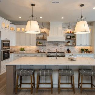 Idéer för rustika grått l-kök, med skåp i shakerstil, vita skåp, grått stänkskydd, stänkskydd i tunnelbanekakel, rostfria vitvaror, en köksö och mellanmörkt trägolv