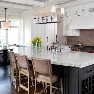 Imagen de cocina comedor de galera, tradicional, con armarios con paneles empotrados, puertas de armario blancas, salpicadero marrón y salpicadero de piedra caliza