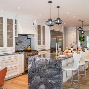 広いエクレクティックスタイルのおしゃれなキッチン (アンダーカウンターシンク、シェーカースタイル扉のキャビネット、白いキャビネット、珪岩カウンター、白いキッチンパネル、ガラスタイルのキッチンパネル、シルバーの調理設備、淡色無垢フローリング) の写真