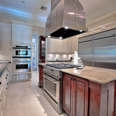 Traditional Kitchen by DELUXE Design & Construction