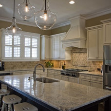 Traditional Kitchen by plantation building corp