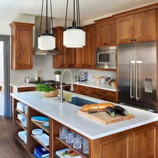 デンバーの小さいおしゃれなキッチン (アンダーカウンターシンク、シェーカースタイル扉のキャビネット、中間色木目調キャビネット、クオーツストーンカウンター、グレーのキッチンパネル、サブウェイタイルのキッチンパネル、シルバーの調理設備の、無垢フローリング、茶色い床) の写真