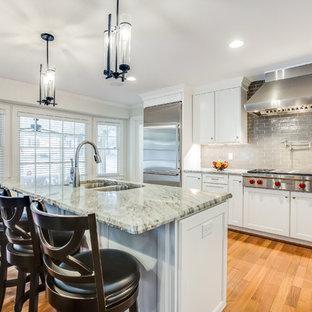 バーミングハムの中サイズのトランジショナルスタイルのおしゃれなキッチン (ダブルシンク、落し込みパネル扉のキャビネット、白いキャビネット、大理石カウンター、グレーのキッチンパネル、セラミックタイルのキッチンパネル、シルバーの調理設備の、無垢フローリング、赤い床、マルチカラーのキッチンカウンター) の写真