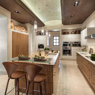 Idéer för stora funkis kök, med en undermonterad diskho, släta luckor, skåp i mellenmörkt trä, bänkskiva i kvarts, vitt stänkskydd, rostfria vitvaror, kalkstensgolv och en köksö
