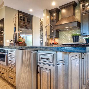 Imagen de cocina rústica, grande, abierta, con armarios estilo shaker, puertas de armario con efecto envejecido, encimera de mármol, salpicadero gris, salpicadero de azulejos tipo metro, electrodomésticos de acero inoxidable y una isla