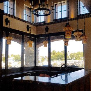 Geräumige Mediterrane Wohnküche in L-Form mit Landhausspüle, Lamellenschränken, dunklen Holzschränken, Onyx-Arbeitsplatte, Küchengeräten aus Edelstahl, Terrazzo-Boden, zwei Kücheninseln und beigem Boden in Las Vegas