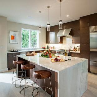 フィラデルフィアの大きいコンテンポラリースタイルのおしゃれなキッチン (アンダーカウンターシンク、フラットパネル扉のキャビネット、濃色木目調キャビネット、大理石カウンター、白いキッチンパネル、大理石の床、シルバーの調理設備の、淡色無垢フローリング、ベージュの床) の写真